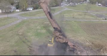 Видео: на экскаватор упала дымовая труба весом в 1200 тонн