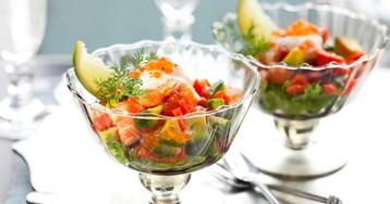 Коктейль-салат из клубники, креветок и авокадо для романтического ужина