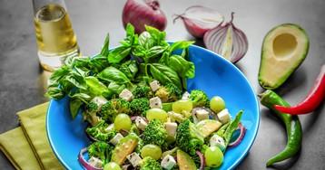 Полезный салат из брокколи с кунжутом