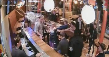 Вестерну – быть! Сочный мордобой в баре!