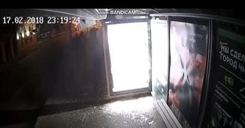 Тюменец разбил рекламное объявление на остановке