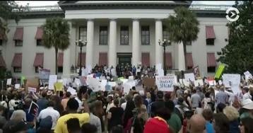 Власти штатов начинают принимать меры по защите школ