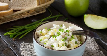 Салат с сельдью, яблоком и овощами