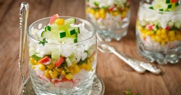 Салат с крабовыми палочками, рисом и свежими огурцами