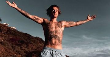 Justin Bieber exibe tatuagens ao posar sem camisa e leva fãs à loucura