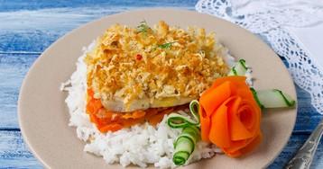 Рыба под хлебной корочкой на морковной подушке