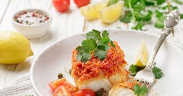 Вкуснейшая запечённая рыба с томатами и луком по-гречески