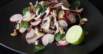 Тайский куриный салат с редиской и кешью