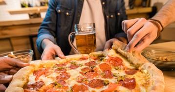 Пицца с салями, помидорами и оливками