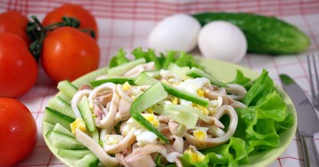 Простой салат из кальмаров и яиц