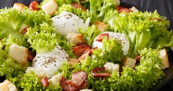 Лионский салат с яйцом-пашот