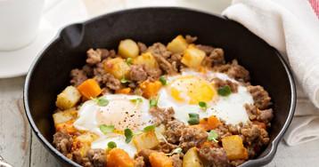 Жареный картофель с индейкой и яйцами