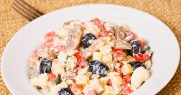 Салат из курицы с грибами и маслинами