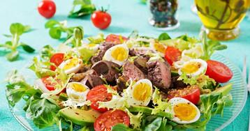 Салат с куриной печенью, перепелиными яйцами и овощами