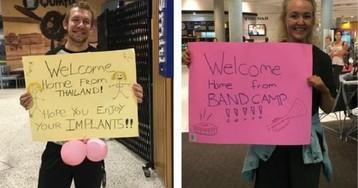 «Надеюсь, твоя колоноскопия прошла успешно»: пара встречает друг друга в аэропорту смешными табличками