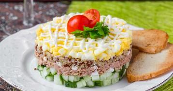 Слоёный салат с киноа и консервированным тунцом