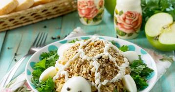 Салат «Черепаха» с курицей и яблоком