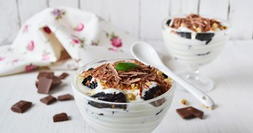 Сливочный десерт с черносливом и орехами