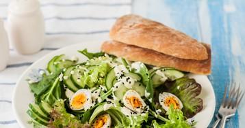 Весенний салат с перепелиными яйцами и пикантной заправкой