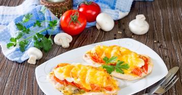 Куриные отбивные, запеченные с грибами, помидорами и сыром