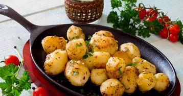 Жареный картофель с чесноком и травами в сливочном масле