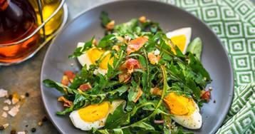 Салат из листьев одуванчика, яйцом и беконом