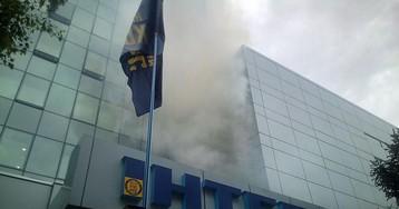 """Біля офісу телеканалу """"Інтер"""" помітили дим"""