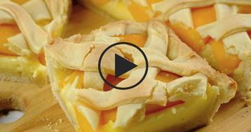 Видео-рецепт: Песочный пирог с пудингом и персиками