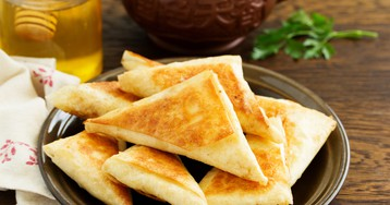 Треугольники из лаваша с сыром на сковороде