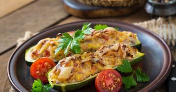 Аппетитные кабачки, фаршированные курицей и овощами