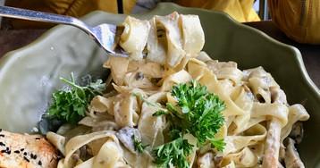 Паста с курицей и грибами с соусом Альфредо