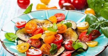 Салат из жареных баклажанов с помидорами и чесночной заправкой