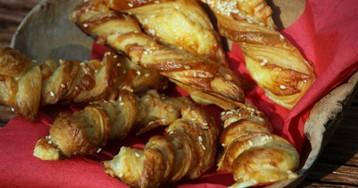 Закусочные слоеные палочки с сыром и кунжутными семечками