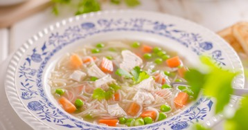 Куриный суп с вермишелью и молодым горошком