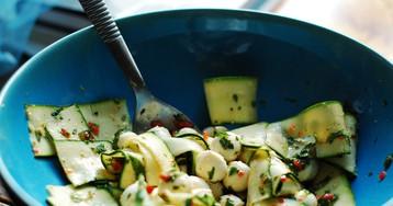 Летний салат с чили, мятой и моцареллой от Джейми Оливера
