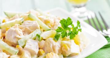 Любимый салат с курицей, сыром и кукурузой