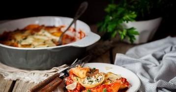 Конкильони, фаршированные рикоттой и шпинатом в томатном соусе
