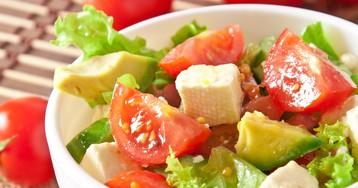 Салат с авокадо, помидорами и сыром