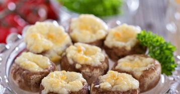 Запечённые шампиньоны с сырной  начинкой