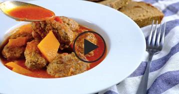 Особые тефтели в томатном соусе с тыквой: видео-рецепт