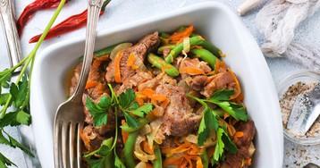 Говядина с морковью и стручковой фасолью в пряном соусе