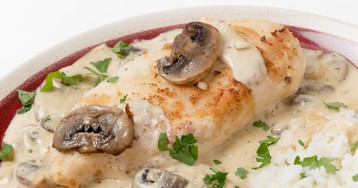 Аппетитная куриная грудка в грибном соусе