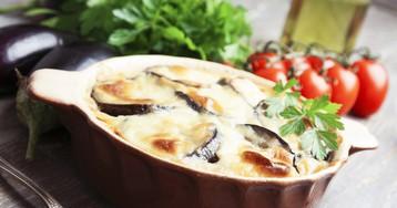 Запеченные баклажаны под чесночно-сметанным соусом