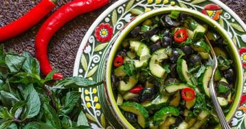 Салат из огурцов с маслинами от Джейми Оливера