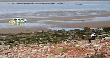 «Он просто сидел и грустно смотрел»: британец заснял на пляже полицейского, наблюдающего, как тонет его машина