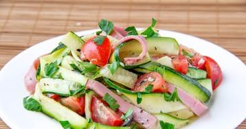 Салат с цукини, ветчиной и помидорами
