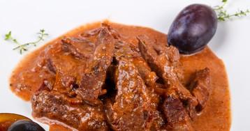 Тушенная говядина в соусе с черносливом