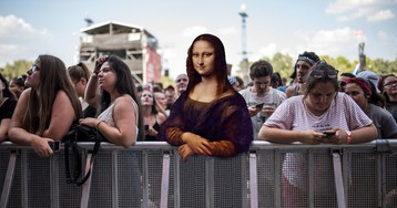 Адам с пивком и тусовщица Мона Лиза: герои классических картин пришли на модный музыкальный фестиваль