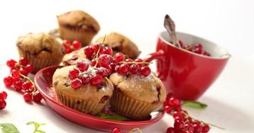 Цельнозерновые маффины с красной смородиной и белым шоколадом