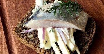 Вологодский smorrebrod: селедка, яблоко, лук, сметана